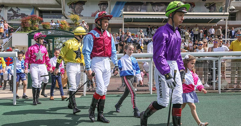 MEETING-DEAUVILLE-DEFILES-JOCKEYS.jpg